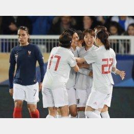 ゴールを決めた小林(左3)を祝福するチームメート(C)早草紀子
