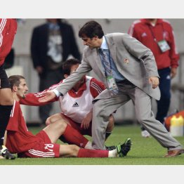 02年W杯準決勝、ブラジル戦後に選手に手を差し伸べるギュネシ監督(C)共同通信社