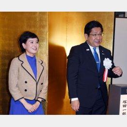 塚田一郎参議院議員夫妻(C)日刊ゲンダイ