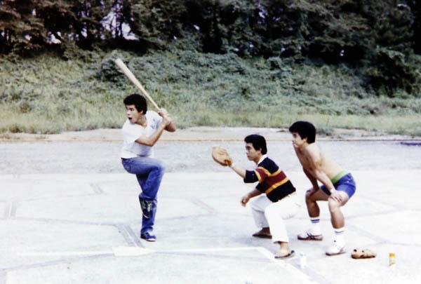 巡業先で時間ができると、よくレスラーたちと草野球を(提供写真)
