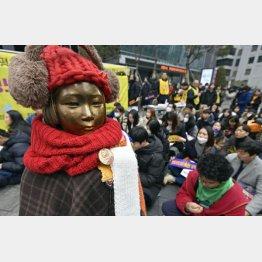 ソウルの日本大使館前で毎週続く抗議(C)共同通信社