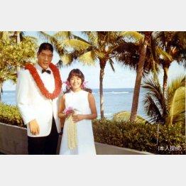大好きだったハワイで、元子夫人と記念撮影するジャイアント馬場さん(提供写真)