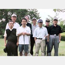 平成18年5月末、福岡のゴルフ場で中村勘三郎さん(右3)、中村扇雀さん(前列左2)と。本人は後列左から2人目(提供写真)