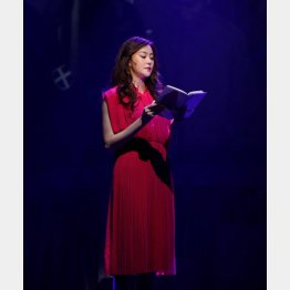 舞台上で「火花」を朗読する観月ありさ(提供写真)