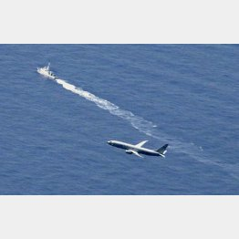 F35Aが墜落した海域付近を捜索する海上保安庁の船舶(奥)と米軍機(C)共同通信社