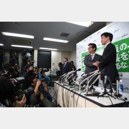 投票結果を受けて会見をする、大阪維新の会代表・松井一郎(左)と、吉村洋文政調会長(右)/(C)日刊ゲンダイ