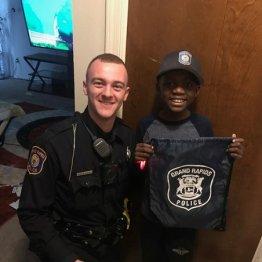 イジメられっ子誕生会に友達ゼロ…地元警官の行動に共感が