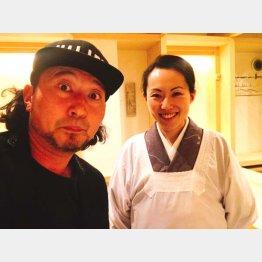 美人女将のシホさん(右)と今夜のナビゲーター石橋尊久(C)日刊ゲンダイ