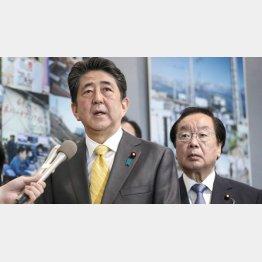 すべてがウソ(東京電力福島第1原発の視察を終え、取材に応じる安倍首相。右は渡辺復興相)/(代表撮影)