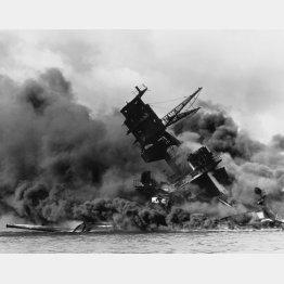 先制攻撃は成功したが…(日本海軍航空隊の真珠湾攻撃で炎上する米戦艦「アリゾナ」=1941〈昭和16〉年)/(C)ロイター