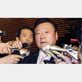 辞表を提出し、報道陣に対応する桜田五輪相(C)共同通信社