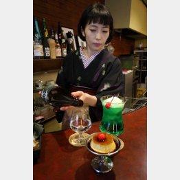 日本酒を注ぐ店主の宇津木さん(C)日刊ゲンダイ