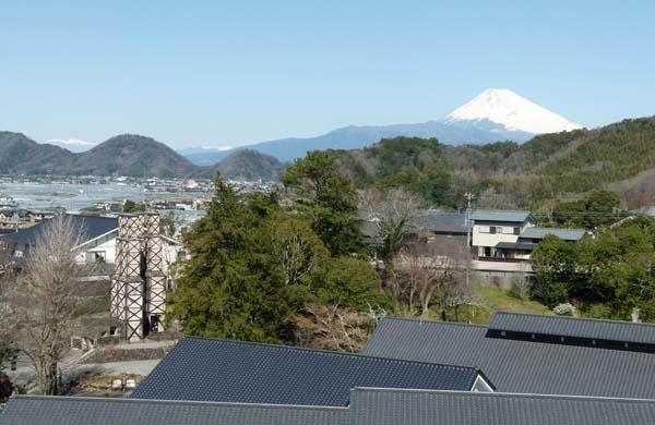 ①富士山と韮山反射炉を望む(C)日刊ゲンダイ