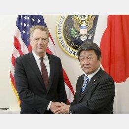 ライトハイザー米通商代表部代表と茂木経済再生担当相(日本政府提供・共同)