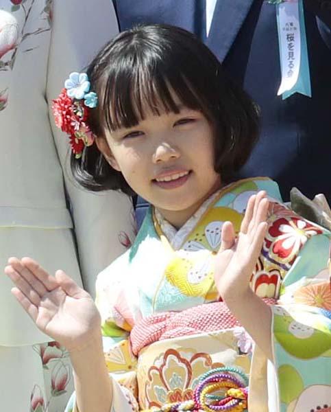 桜を見る会にも呼ばれた粟野咲莉(C)日刊ゲンダイ