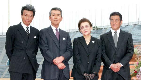 左から舘ひろし、渡哲也、石原まき子、神田正輝(C)日刊ゲンダイ
