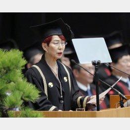 東大の入学式で祝辞を述べる社会学者の上野千鶴子氏(C)共同通信社