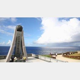 米軍との戦闘で日本人が海に身を投じたサイパン島バンザイクリフの慰霊碑(C)共同通信社