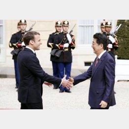 23日はマクロン仏大統領と会談する安倍首相(C)共同通信社
