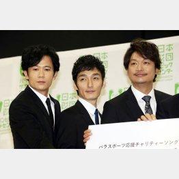 元マネージャーに合流した3人。左から稲垣吾郎、草彅剛、香取慎吾(C)日刊ゲンダイ