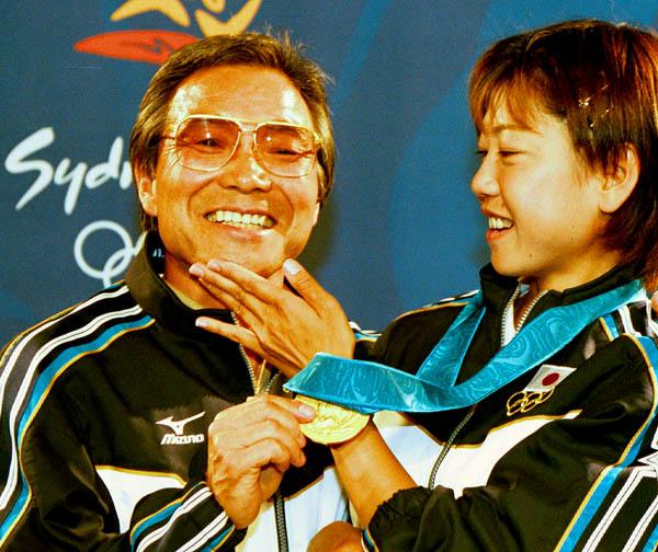 シドニー五輪女子マラソン金メダルの高橋尚子と小出義雄監督(C)日刊ゲンダイ