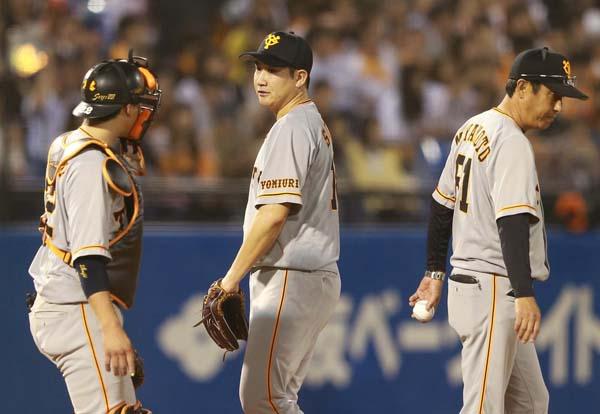 四回、宮本コーチ(右)に降板を告げられた菅野(央)/(C)日刊ゲンダイ