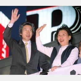 自民党総裁選の街頭演説で聴衆に手を振る小泉純一郎氏と応援の田中真紀子氏(C)共同通信社