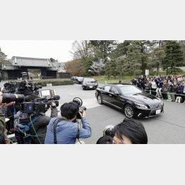 3月29日、皇居を出る安倍首相の車列(C)共同通信社