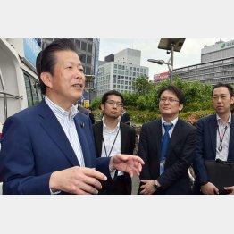 記者の取材に応じる公明党の山口那津男代表(左)/(C)日刊ゲンダイ