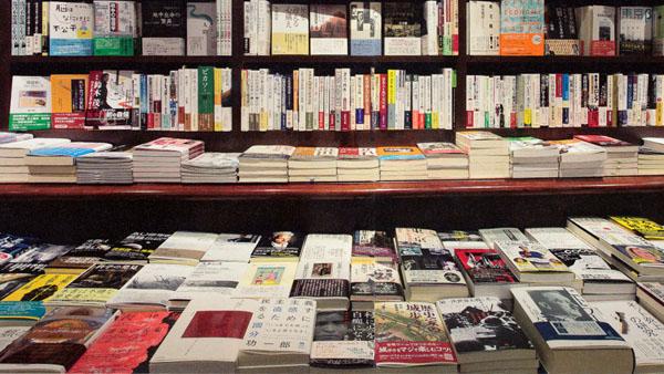 書店で手に取る楽しみも(C)日刊ゲンダイ