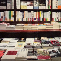 書店で手に取る楽しみも