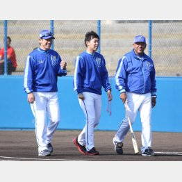 キャンプで談笑するラミレス監督と三浦コーチ(左)(C)日刊ゲンダイ