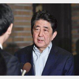 北朝鮮を巡りトランプ米大統領との電話会談後、記者団の取材に応じる安倍首相(C)共同通信社