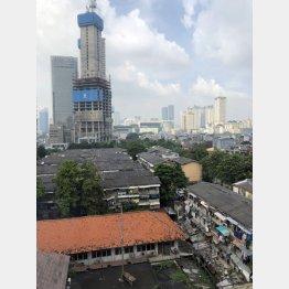 著しい貧富の格差(ジャカルタの高層ビルと民家)/(C)日刊ゲンダイ