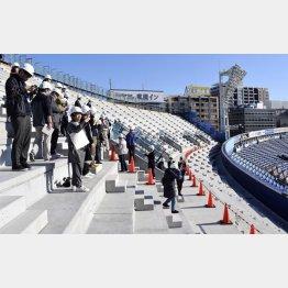 増設された「ウイング席」(改修工事時の横浜スタジアム)/(C)共同通信社