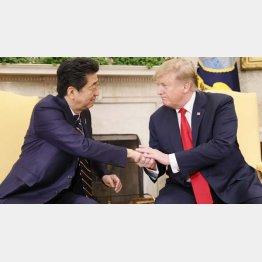 4月末の日米首脳会談で握手する安倍首相(左)とトランプ米大統領。もう話はついているといわれているが…/(C)共同通信社