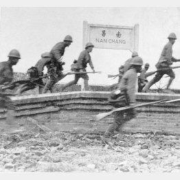 元兵士たちの苦悩は計り知れず(中国軍の飛行場があり、重要な軍事拠点であった南昌市に突入する日本軍決死隊)/(C)共同通信社