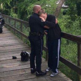 市民称賛!行方不明の自閉症男性を発見した警察官の優しさ