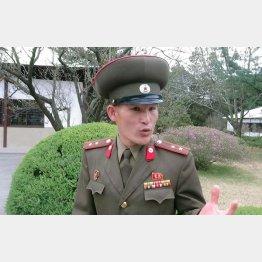 朝鮮人民軍中佐はバスの中でも談笑に応じた(撮影)立岩陽一郎
