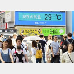 11日、気温が上がった大阪・道頓堀を歩く人たち(C)共同通信社