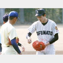 U18合宿で奥川(左)と変化球の握りの話で盛り上がった佐々木/(C)日刊ゲンダイ