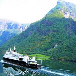 ノルウェーのフィヨルドツアー フェリーが鏡のように反射