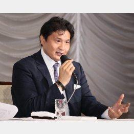「御縁会」発起人には政治家が並んでいる(19日、会見する貴乃花光司氏)/(C)日刊ゲンダイ