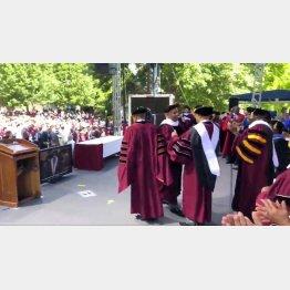 米モアハウス大学卒業式での大富豪ロバート・スミス氏(右3)/(C)ロイター