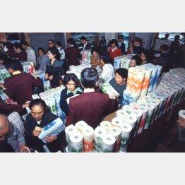 1973年、トイレットペーパーを求める客でスーパーは大混乱(C)共同通信社
