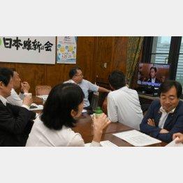 丸山穂高議員のニュースを見る日本維新の会の議員ら(C)日刊ゲンダイ