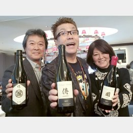「シャトー・イガイタカハ」のオーナー・杉本隆英さん美代子さん夫妻と/(提供写真)