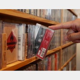 新譜もカセットテープで並ぶ(C)日刊ゲンダイ