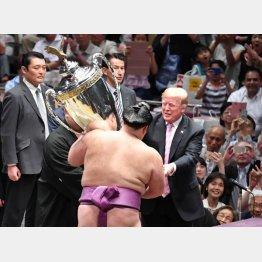 朝乃山に米国大統領杯を手渡すトランプ大統領。実際トロフィーを持っているのは後方の親方(C)JMPA