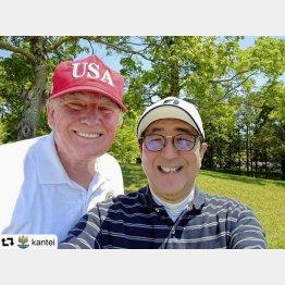 トランプ米大統領(左)とラウンドする安倍首相は、自身のツイッターに写真を投稿/(C)共同通信社